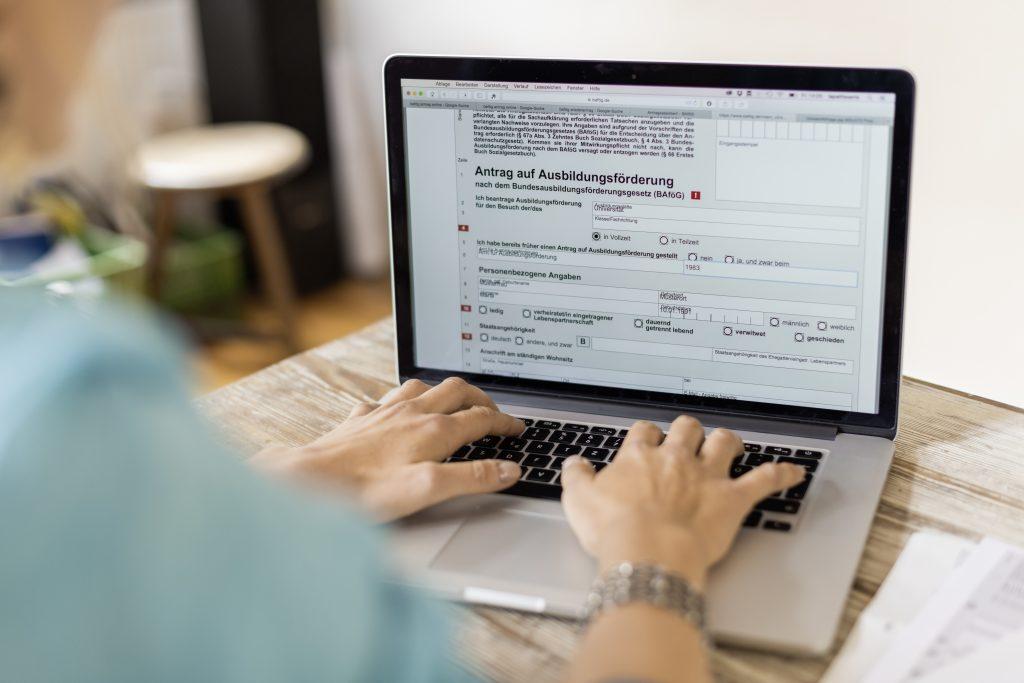 BAföG-Antrag wird an einem Notebook ausgefüllt