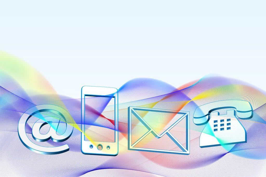 Grafik mit Symolen für Kommunikation: Briefumschlag, Telefonhörer, @-Zeichen, Smartphone
